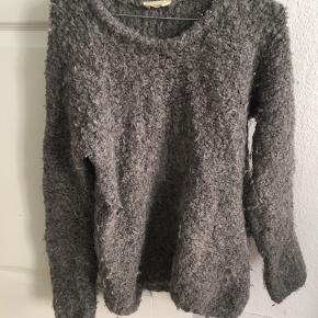 Strik fra American Vintage i uld og alpaca. Str. M. Sweateren er nulret - prisen er sat derefter. Kan afhentes på Østerbro, Kbh K eller sendes med DAO 💥 Np: 700 kr