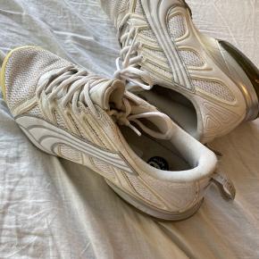 Sneakers fra Puma, købt i USA i 2012 Brugt meget få gange og fremstår derfor som nye.  Vil sige de er store i størrelsen. BYD!