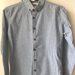 Brand: Mono Varetype: Bluse Farve: Blå  Blå skjorte med lidt mønster. Brugt få gange og i fin stand.  MP kr. 75