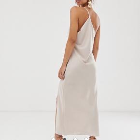 Kjolen er blevet brugt til galla en enkelt gang. Syet ind fra en 40, så den passer en 38 💘 skriv for billeder med den på