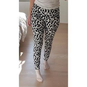 Skønne bukser med dalmatiner pletter. Lynlås i siden, tynd i kvaliteten.