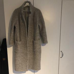 Fin frakke fra Ganni. Lang model.  Mangler bæltet til.  Lille hul ved ærmet på indsiden.  Ellers god.  Ingen bud under 500kr.