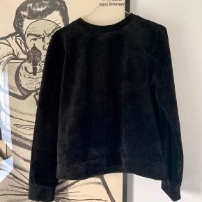 Samsøe-sweater i blød, sort velour.   Inderside i scubastof.  Nyrenset ⚡️
