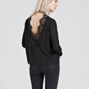 Envall top fra Envii med fine blondedetaljer på ryggen.