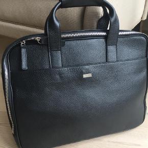 Varetype: Computertaske Størrelse: X Farve: Sort Prisen angivet er inklusiv forsendelse.  Super fed taske - aldrig brugt
