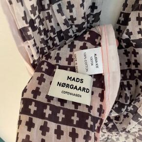 Flotteste Mads Nørgaard tørklæde - langt og blødt - brugt en gang - fed detalje med pink syning kanten rundt