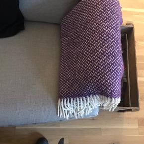 Alm brugsspor, egentlig bare ligget på sofaen og ikke brugt, ingen pletter el lugt, alm brugsspor. Passer ikke til mine nye puder. Tror det er det man kan få i magasin nu her (se sidste billede).