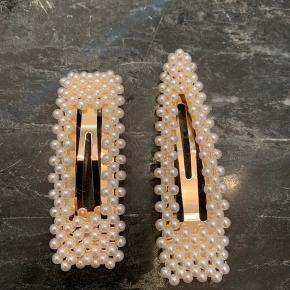 Sælger disse to fine spænder fra Sui Ava i guld.  65 kr pr stk.   Det firkantede måler ca 7,5 cm. Det trekantede måler ca 8,5 cm.  Søgeord: perle spænder / hår spænde/ hårspænde / spænde / hårpynt / trend / smykke / style / ganni / birgerchristensen / birger christensen / suiava / pico / perle / perler / perle spænder / perle spænde