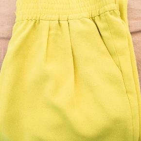 Brand: Joie Varetype: Bukser Farve: Gul Oprindelig købspris: 2000 kr.  Knald! gule bukser fra Joie i str L. Farven er simpelthen så lækker og spot on gul som sommerens trendfarve.   100% polyester.   Passer en str 38/40.   Bukserne har sweatkant ved anklerne og sidder super godt.   Np 2000,- Mp 350,-  pp