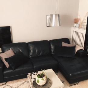 Sælger 3-personers lædersofa med chaiselong. Sofaen er godt velholdt, da den løbende har fået læderfedt. Har kun enkelte skrammer, som man formentlig kan behandle med en smule læderfarve. Nypris ca 10.000 kr.   Sælges da jeg har købt en to personers sofa.