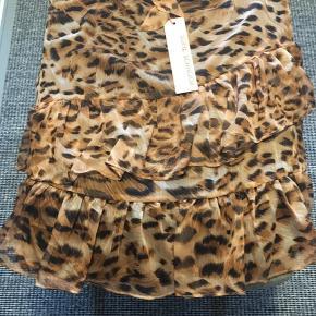 Super sød sommer nederdel med flæser og bindebånd i taljen. Ny med tags. Nypris 699kr:)