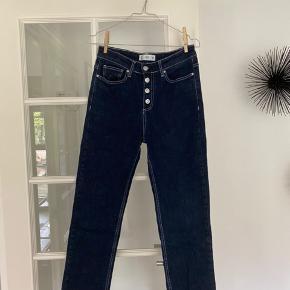Jeg sælger mine mørkeblå jeans fra Mango i str. 38 (kan sagtens passes af en 36). Bukserne er lidt loosefit og er løse for enden. De har flotte detaljer med knapperne, der er tydelige og lidt fryns for enden samt tydelige syninger.