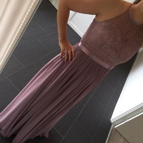 Smuk kjole fra TP kjoler i Skjern, brugt 2 gange er renset. Str. S, nypris 1000kr, er syet op i længden og en smule i halsen.