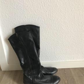 Varetype: Støvler Farve: Grå/sort  Brugt ganske få gange.  4 cm hæl.  Bytter ikke. Sendes med DAO.