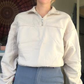 Super fed polo / sweater fra Weekday med lynlås og fedt oversized cropped fit. Brugt og vasket én gang, derfor ingen tegn på slid. For den desværre bare ikke brugt. Str xs - men som sagt oversized, så ville også passe en s BYD endelig! :D