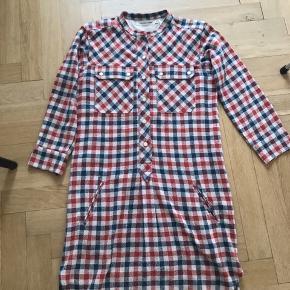 Isabel Marant Etoile kjole/tunic str 36 i rød/blå ternet.  3/4 ærmer med lommer foran og på brystet Længde 84,5cm Bryst 43,5cm Ærmlængde 48cm