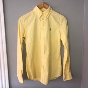 Aldrig brugt, flot figursyet forårsskjorte fra Ralph Lauren. Passer str. 34-36.