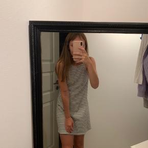 Hvid - stribet kjole fra H&M Størrelse 34 Fin stand 🤍