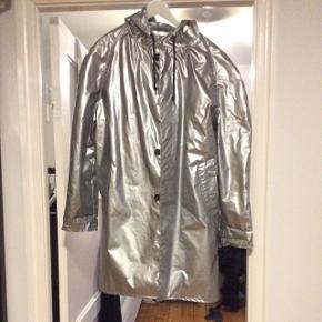 Fed sølv regnfrakke til mænd fra Soulland i str. M.Den er brugt, men i super stand, dog er en knap faldet af, men følger med, så den er hurtigt fikset.   Byd gerne!