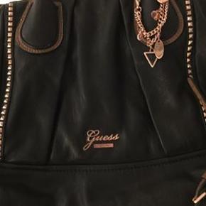 Guess skulder taske, brugt, men i rigtig god stand, kun på hanken den er lidt slidt. Køber betaler fragt.