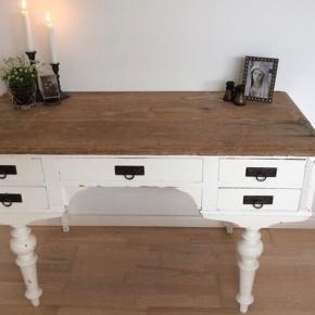 Gammelt skrivebord  Mål 127 l x 62 d x 73 h                          Mp 800kr   Står pt i Randers   Til salg på flere sider