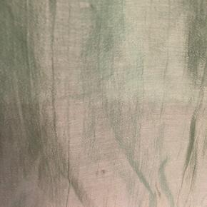 Fineste top i lys grøn - kun brugt én gang.  Desværre har den et par små pletter foran (se billede 2) - de er ikke forsøgt fjernet. Den ene sidesøm er lidt løs (se billede 4). Prisen er sat derefter.  Længde ca. 67 cm.  Brystbredde ca. 63 cm.  Bytter ikke!
