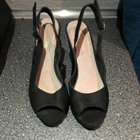 Kilehæl sandal i str 38 (37) - brugt meget lidt med få tegn på slid. Mærke er ukendt. BYD