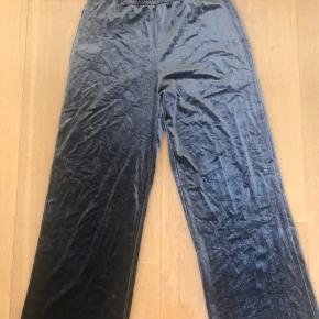 Velour bukser fra Weekday Brugt nogle gange Str. xs
