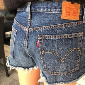 Sælger disse Levi's shorts. Aldrig brugt. Det er en str M. Sidder løst på en S (ligesom billederne) og sidder mere stramt på en M🌸 Er åben for bud (bud er plus porto)!