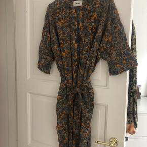 Sælger min smukke Ganni kimono i 100% viskose. Den fejler intet og kostede 1400 kr.  fra ny.   Det er en størrelse xs men oversize! Kan ihvertfald passes op til en medium.