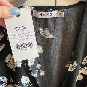 Super fin NA-KD slå-om-kjole i blomsterprint🌸 Har aldrig været brugt og har stadig prismærke på.