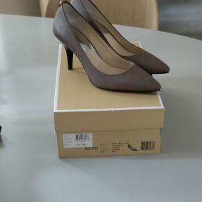 Farve: Brun Oprindelig købspris: 900 kr.  Super smukke stiletter, brugt ved en enkelt lejlighed. US6/EU36 Handler via mobilepa