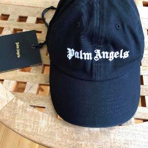 Brand: Palm Angels Varetype: Kasket Størrelse: One size Farve: Sort  Sælger denne Palm Angels kasket - udsolgt overalt.