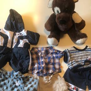 """Build a Bear - Hund der siger """"vov"""" når man trykker på den ene pote og hjertet banker, når man trykker den på brystet. Der medfølger flyverdragt og 2 sæt tøj samt en trøje.  Prisidé dkk 100,00 - kom gerne med et seriøst bud :-)"""