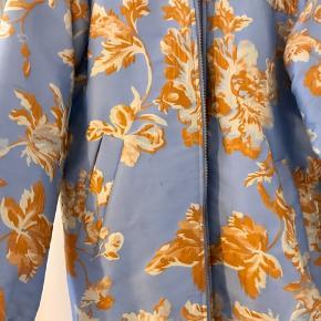 Smuk jakke fra Modström. Brugt få gange. Den har lidt snavs på forsiden, men tror snildt det kan gå af med en klud :-)