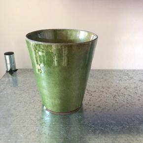 En pæn potte til mindre planter 🌿💐💚 Mål på billederne 3 og 4  Købt til en plante, der var for stor og skulle omplantes... så ikke rigtig brugt 😅   Afhentes på Nørrebro. Sendes på købers regning via T-handel. Bytter ikke.