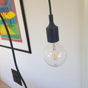 Fin lampe fra Muuto - med pære..... Farven er grå.