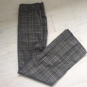 Super pæne bukser fra H&M🌸 Bukserne er brugt et par gange, men er stadig i rigtig god stand.  Køber betaler fragt.   BYD:))