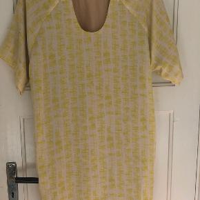 Bruuns Bazaar kjole 36, gul/off white i silke, med silke foer, 2 lommer, kun brugt 1-2 gange, super fin stand