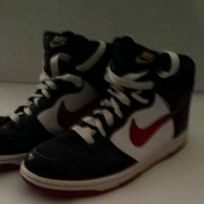 Lækre Nike læderstøvler, brugt 1 måned. Størrelse US 9.5, UK 8.5. Prisen er fast.
