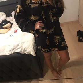 Sælger denne skjorte fra Zara, som jeg købte i XL for at kunne bruge den som kjole. Den er i god kvalitet ift prisen, og krøller ikke.
