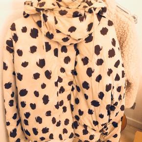 Leopard-mønstret. Godt brugt. Jeg er selv str. 36-38 i jakker og den passer fint.