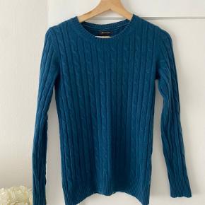 Massimo Dutti dejlig blød cable knit sweater/strik i let 100% cashmere uld. Super flot blå/petroleum farve. Størrelse S, har masse stræk i sig.   Søgeord: strik, sweater, pullover, crew neck, cashmere, cashmir, kashmir, COS, Other Stories, Filippa K, H&M Premium, Uniqlo, Arket