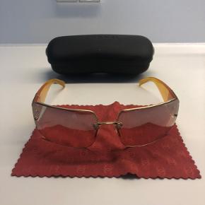 Chanel solbriller fra start 00'erne. Super stand med stramme led. Originalt etui og pudseklud medfølger.