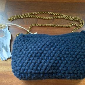 Aiayu Helen Chain taske i farven navy sælges for en veninde da hun desværre ikke får den i brug. Den er ny og ubrugt. Mål 14x25 cm. Kæde 120 cm. Np 1600,- Sælges for 800,- + forsendelse med Gls/Dao. Der ønskes helst en MobilePay handel for at spare ts gebyret/nej tak til bytte.