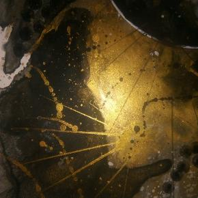Original abstrakt sort/guld maleri, malet på A4 yupo papir. Kan vendes både lodret og vandret. Maleriet er malet med akryl, alkohol ink og tegnet med posca tusser. Yupo papir er et syntetisk papir, med silkematte overflader, lavet af polypropylene. Papiret har en helt glat overflade og er syrefrit. Størrelse 24x30 cm 250 kr uden ramme