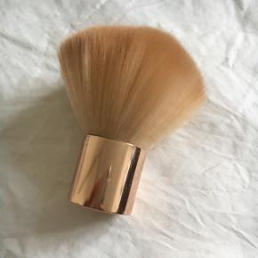 Kabuki børste fra H&M. Brugt to gange, men helt som ny.  Byd gerne og tjek mine andre annoncer for mængderabat 🌟