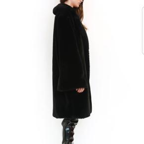 Populær i.am.gia faux fur jakke - flared ærmer med enkel hægte foran. - str L men passer også M for at opnå oversize looket -  Sælges også i farven camel  Iamgia , zara , H&M ,
