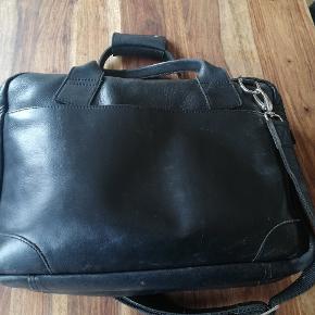 Fin sort skulder/pc-taske med god plads. Har fået en ny arbejdstaske, så jeg skal af med denne anvendelige taske. Den har brugsspor udvendigt i bunden, men er ellers superfin. Kom gerne med et bud.