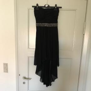 Super flot stropløs kjole Brugt 1 gang Rigtig flot stand Sælges da jeg ikke kan passer den efter da jeg var gravid. Mp: 50 kr  (Sender ikke, skal afhentes i Aalborg Vejgaard)